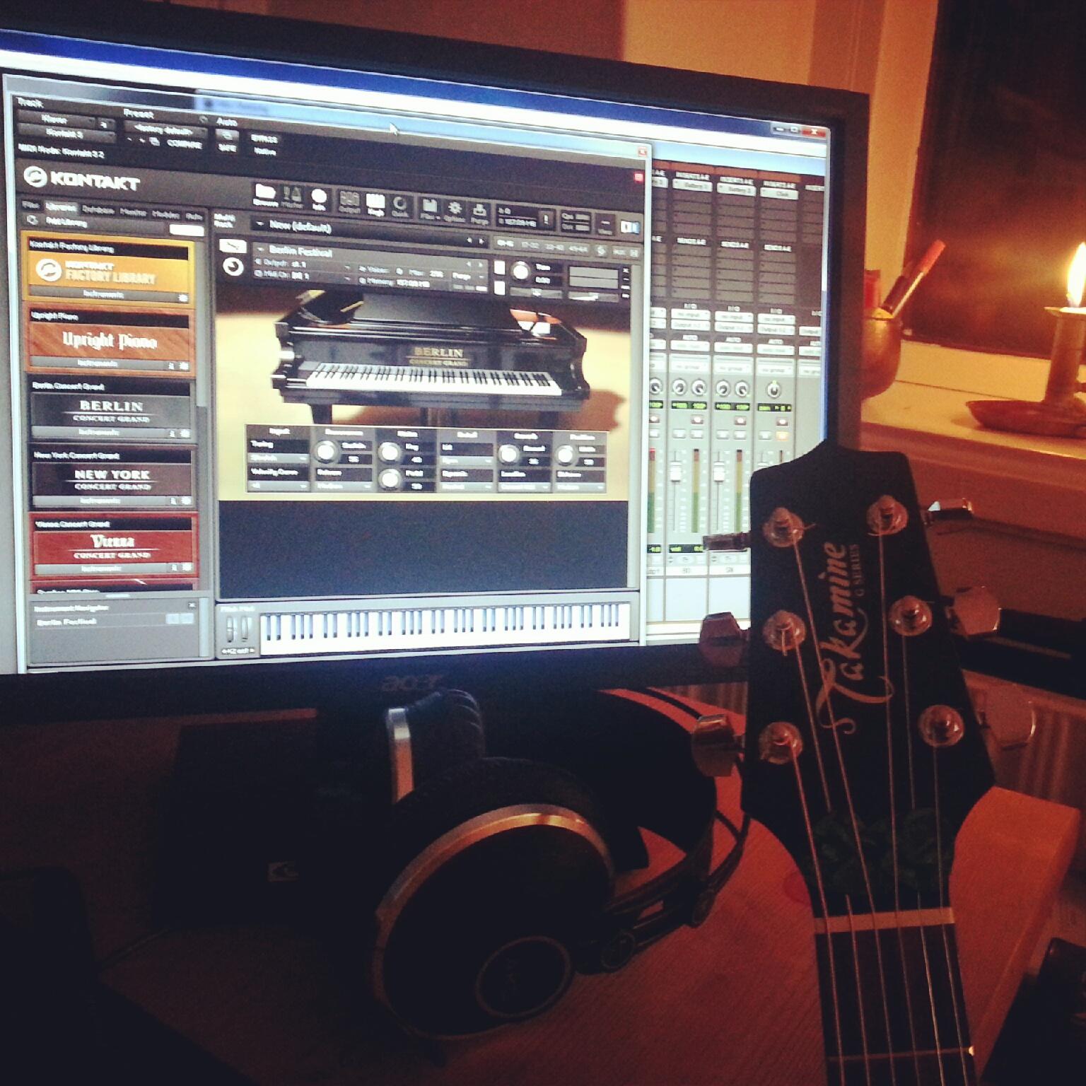 I fuld gang med at lave musik i mit studie hjemme i stuen. Blandt andet sangen Ultimate Equivalence, som skal med på mit kommende album