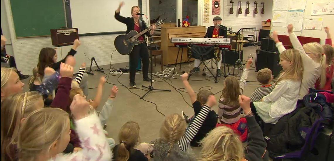 RimRaketten Duo spiller sange skrevet af børn og består af June Beltoft og Thomas Thor