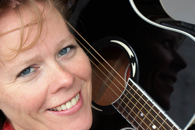 June Beltoft, singer-songwriter, skrev sangen Out of Sync i forbindelse med en sygemelding for stress