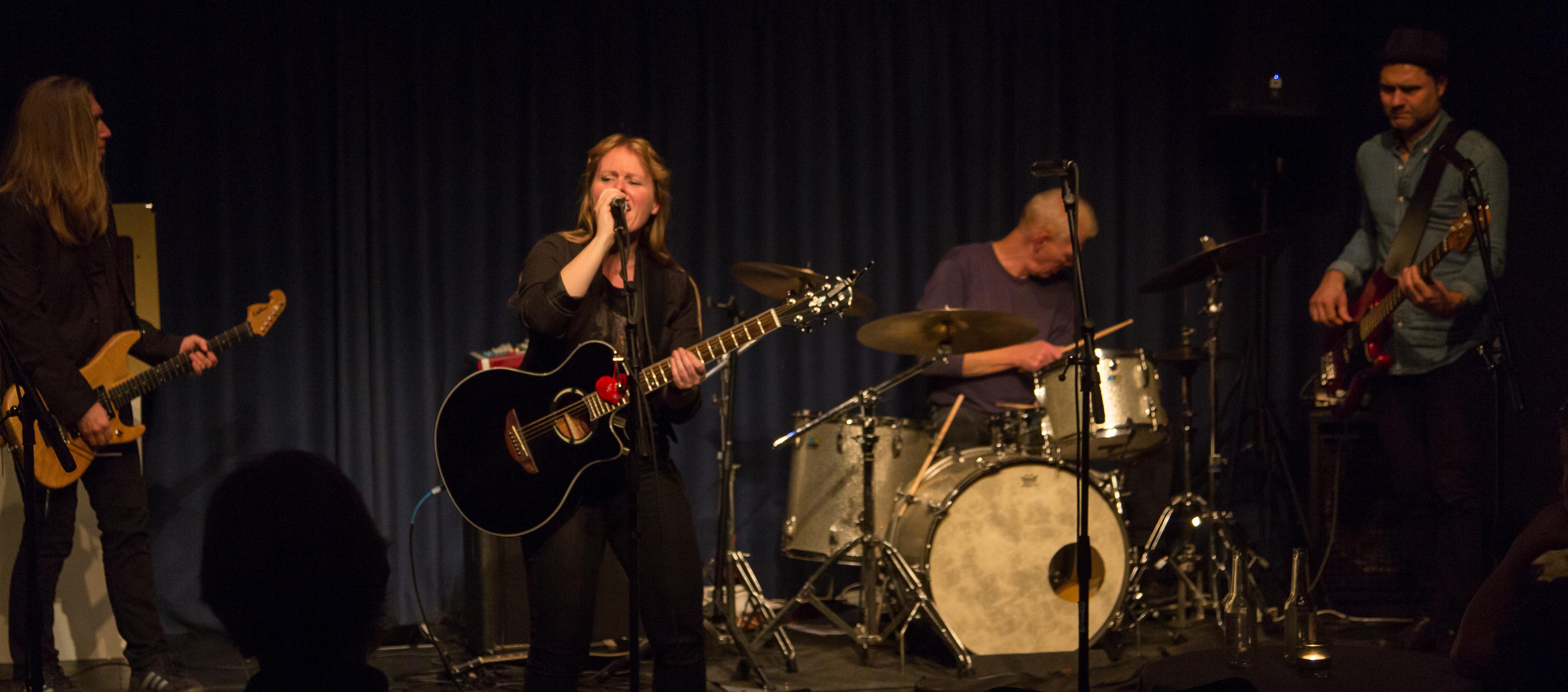 June Beltoft, live-musik på Svanekegaarden, Spil Dansk m. B-Joe (guitar), Sune Martini (bas) og Per Mousing (trommer)