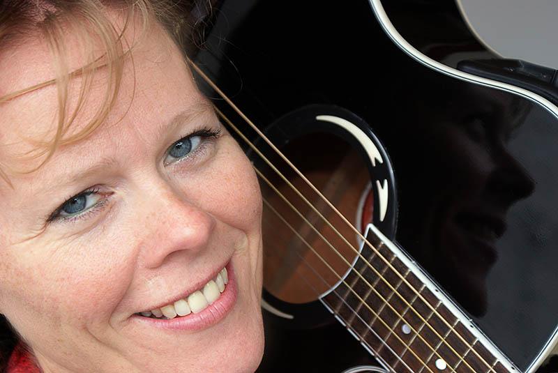 June Beltoft, singer-songwriter, skrev sangen Out of Sync i forbindelse med en sygemelding for stress